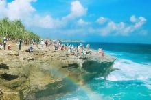 蓝梦岛是位于巴厘岛东南边的一个小岛,蓝梦岛海水清澈无污染,水下生物放眼望去,清晰可见,岛上