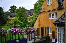 三一学院校门就在谢尔登剧场对面,乍看起来还以为是私家花园入口处