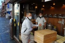 故地重游,曾经游人如织人声鼎沸的奈良公园疫情下空旷寂寥游客奚落,旅游业者经营惨淡唯有奈良年糕还在卖力