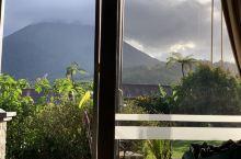 躺在床上透过窗户看阿雷纳火山;心里幻想着应该去爬一下吧。上网一搜答案是既不安全也不合法。哈哈.