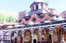 里拉修道院,在保加利亚的索非亚以南60公里的地方,建在山上,是保加利亚最大的修道院。粉白相间的外墙,
