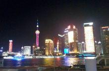 东方明珠,城隍庙,南京步行街,人民公园,黄浦江,观光隧道,还有那独具特色的建筑群.在外滩你能明显的感
