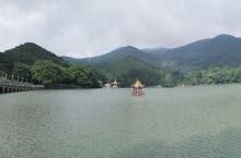 云山雾罩芦林湖