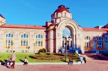 保加利亚的索菲亚,以矿泉水和酸奶闻名。公共矿物浴场,是它的标志性建筑之一,黄色外墙上的红色条纹。圣乔