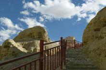 古格王朝遗址北面600多米远的一处断崖上,是神秘诡异的藏尸洞,又被成为干尸洞,据说是当时置放战争中的