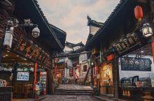 :这座古城也太美了吧,都无法用言语形容。这就是凤凰古城,这就是古城的美丽,这就是古城的繁华,这就是古