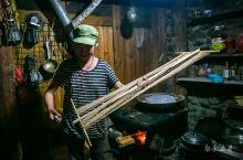 走访了几户俄亚大村人家,留守的老人用棉麻天然材料制作大襟长衫或是腿扎绑,带我看她们屋里的老照片,听不