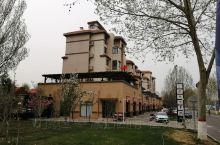 永定河畔孔雀城,一个宜居宜游的欧式建筑风格的社区,目前周边新建的商品房每平方米不到三万元。