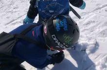 两个小师傅带小小徒弟,一起滑雪,可可爱爱