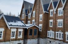 雪中的木房子