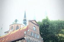德国小镇上的教堂,坐落在安静的森林公园旁边。