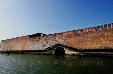 清晨的威尼斯是那么静谧迷人,早起乘坐着水上巴士荡漾在水城宽阔的海面上,朝着圣马可广场驰骋而去。下榻的