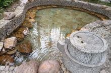 海南保亭七仙岭君澜度假酒店之一温泉。酒店的温泉分为大众、住客和私密。大众温泉是在宾馆大堂前,住客温泉