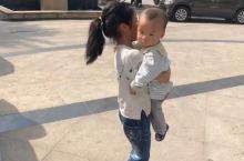 每个人的心目中,家人永远摆在第一位,这个用一双瘦小双手而紧紧抱住弟弟的姐姐在这个小男孩的心目中应该更