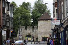 古城约克是伦敦成为英国的首都之前的罗马不列颠王国的首都。这里有着全欧洲最豪华的教堂,也有着罗马人留下