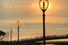 「淡水漁人碼頭」位於淡水河出海口右岸,白色風帆造型的人行跨海大橋是漁人碼頭的招牌地標,橫跨港區,連接