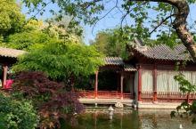 郑州紫荆山公园里,藏着一处清丽脱俗的仿苏式院落,它就是梦溪园。园名据说出自宋朝文学家、政治家沈括所著