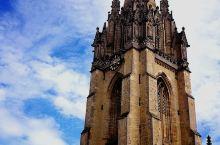 博德利图书馆正对面就是牛津著名的''圣玛丽大学教堂'',是牛津最大的本主教堂,有着近千年历史。教堂英