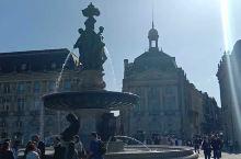 波尔多水镜广场对面的喷泉