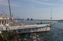 日内瓦湖是阿尔卑斯山群湖中最大的一个,大部分属于瑞士,少部分属于法国,法国人叫她莱芒湖!日内瓦湖是罗