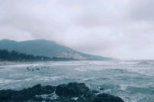 在惠州,美丽沙滩数不胜数。 但美丽的它处多数是平静海岸,唯有此处,波涛正好。好适合去冲浪啊~(看见视