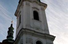 离布拉格城堡不远的斯特拉霍夫修道院悠扬而浑厚的钟声,修道院里除了有号称世界最美的图书馆,还有画廊和教