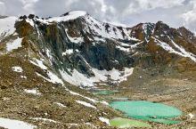 """从卓玛拉开始下山,看到右侧一个翠绿的小湖叫托吉措,也叫""""慈悲湖"""",冈仁波齐雪峰的融水注入湖中。碎石坡"""
