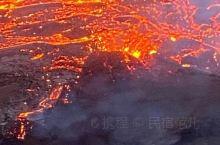 火山与极光居然同时出现,千载难逢。