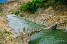 横断山脉谷沟纵横,早年藏民族发明了独具民族特色的伸臂桥,广泛分布于江河流域。伸臂桥巨大的桥墩压住粗大