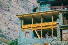 早上6点起来在俄亚大村转悠,鳞次栉比的民居一间搭着一间依山而建,仰望都可以看到每一家的窗台,偶尔有早