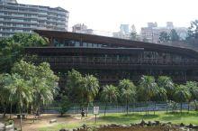北投图书馆是在北投温泉景区的路口,从新北投捷运站出来沿着温泉路走便可以看到。这里是台湾第一座绿建筑图