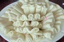 诏安的美食,古朴味足。传说很有名的荷花包,软糯的面饼,里面裹的却是白糖猪油冬瓜等,齁甜,甜得灵魂出窍