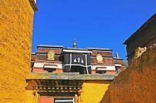 对于拉卜楞寺 我们需要一位博学的阿卡 带我们拜访六大学院 各式各样的寺院是藏民们对佛的虔诚 我们可以