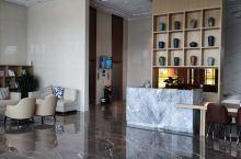 酒店房间全部都是智能化的,还有独立的蓝牙音箱,酒店位置很好,在灵骏工贸对面,酒店前台服务员专业,态度