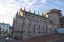 都柏林是爱尔兰首都,圣三一学院图书馆是哈里波特拍摄地,校园内风景优美。而都柏林城堡是最古老的建筑之一