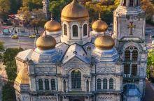 保加利亚的土壤肥沃、气候温和、雨水充足,为大马士革玫瑰的生长提供了有利的条件。