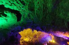 景区的灯光做的也很漂亮,把水洞钟乳石的变化莫测衬托的更加漂亮!景色不错,值得推荐。