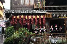 辣椒包谷,这样布置切合了苗寨的特色。