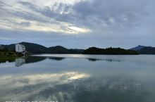 清晨绕湖行