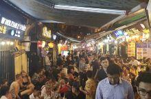 越南河内是在越南一个大的城市,所以说无论是人文还是周边的风光都还可以,尤其是在人文。晚间酒吧街人声鼎