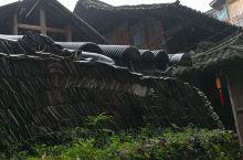 黑瓦老屋,在风雨中屹立。