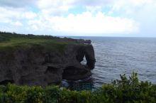万座毛 万座毛是冲绳的一个海边平台式悬崖。取名因为此平台可容纳人数众多,当地人用万来表示人多,毛指草