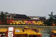 最适合夜游的六朝金粉之地~秦淮河 这里是秦淮河最热闹的一处,就在夫子庙的对面。这里的夜晚估计能算得上