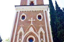 西格纳吉修道院,为纪念最早将基督教,引进格鲁吉亚的修女而建的。钟楼很像是人的脸。修道院里安安静静,只