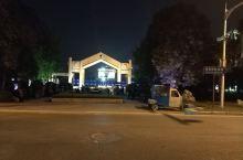 夜色下纪念馆前唱红歌的民众