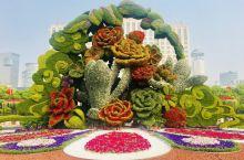 """繁花似锦:沪上大型的街头立体花坛-""""繁花似锦""""在人民广场喷水池亮相。该绿化景观高约12米,以上海市花"""