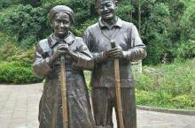 小妻子10岁的刘国江与妻子为避开世人闲言,隐居山林,刘国江用56年时间,为妻子铺筑了一条下山石梯。2