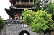 天晴的台儿庄古城,在阳光的照射下非常的美丽,尤其是临水岸的地方,杨柳依依,绿树成荫,平静的水面中倒映