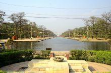 蓝毗尼园以中央水道为中心分为东寺院区(小乘佛教寺院区)和西寺院区(大乘佛教寺院区)两个部分,水道尽头