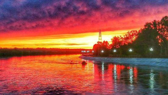 布爾津河堤夜市